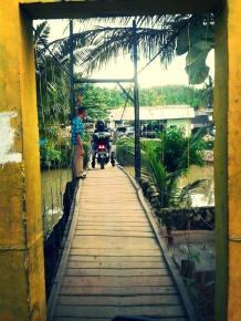 Pintu Masuk Desa Sawarna melalu Jembatan ini.
